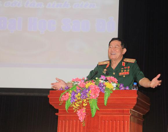 Anh Hùng Phạm Tuân giao lưu với tân sinh viên Trường Đại học Sao Đỏ