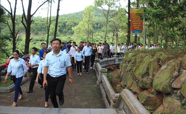 Đoàn trường Đại học Sao Đỏ tổ chức Dâng hương cho các em tân sinh viên Đại học k10 và CĐ K15